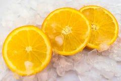 Orange Scheiben sind im Eis lizenzfreie stockbilder