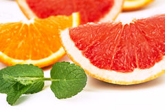 Orange Scheiben und Pampelmuse und tadellose Blätter Stockfotos