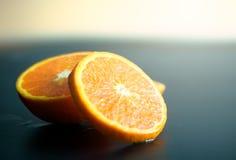 Orange Scheibenfrucht des Stilllebens auf dunklem Hintergrund Mandarinen slic Stockbild