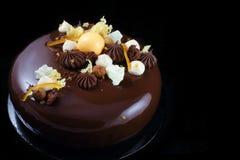 Orange Schokoladenkuchen mit Schokolade ganache und gepeitschter weißer Schokoladencreme stockbild