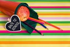 Orange Schultasche mit Text zurück zu Schule Lizenzfreie Stockfotografie