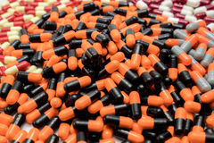 Orange, schwarz, grau, weiß, rot, hellgelb, Kapselpillen Lizenzfreies Stockfoto