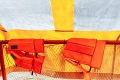 Orange Schwimmwesten an Bord stockbild