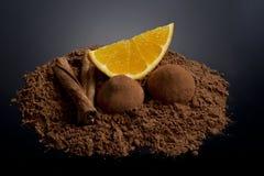 Orange Segment mit Kakao und Zimt Stockfotografie