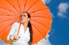 orange sexig paraplykvinna royaltyfri bild