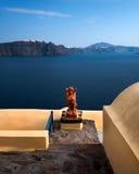 Orange sfinx av den Oia byn, Santorini, Grekland Fotografering för Bildbyråer