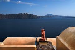 Orange sfinx av den Oia byn, Santorini, Grekland Royaltyfri Bild