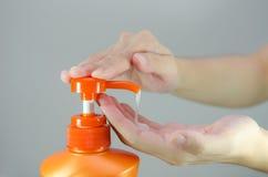 Orange Shampooflasche Lizenzfreie Stockbilder