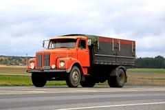 Orange Skåne L85 toppen lastbil på vägen Royaltyfria Bilder