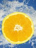 Orange skiva i vatten royaltyfri fotografi