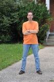 orange skjorta t Arkivfoton