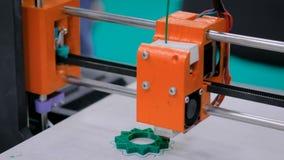 Orange skrivare 3D under arbete stock video