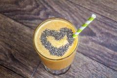 Orange smoothie med äpplekiwin sund livstid för begrepp royaltyfria foton