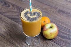 Orange smoothie med äpplekiwin sund livstid för begrepp arkivfoton