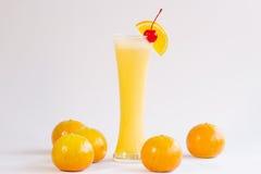 Orange smoothie som isoleras på vit bakgrund Arkivbilder