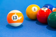 Orange Snookerball mit Nr. dreizehn auf Tabellenpool Stockfotografie