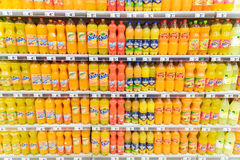 Orange Soda Juice Bottles On Supermarket Stand Stockfotos