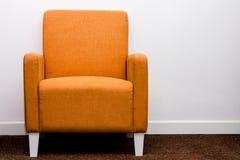 orange sofa Arkivbilder