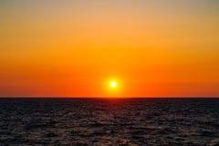 Orange sol- skiva över Blacket Sea, Chernomorskoye, Krim arkivfoto