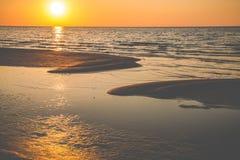 orange sol, vågor och sand fotografering för bildbyråer