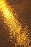 Orange Solarpfad auf dem Meer Stockfotos