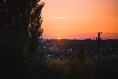 Orange solnedgång över en bygd arkivfoto