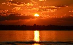 Orange solnedgång över fjärden Arkivbilder