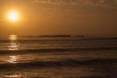 Orange solnedgång över havet Arkivbild