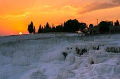 Orange solnedgång över Pamukkale, Turkiet Arkivfoton