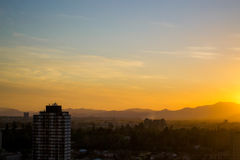 Orange solnedgång i staden Arkivbilder