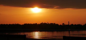 Orange solnedgång på bron Royaltyfria Bilder