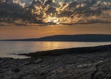 Orange solnedgång på den Casco fjärden, Maine royaltyfri fotografi