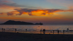 Orange solnedgång på den Patong stranden i Thailand Arkivfoto