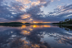 Orange solnedgång på Lake Ladoga Reflexion Royaltyfri Foto