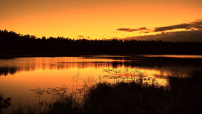 Orange solnedgång på sjön Royaltyfria Bilder