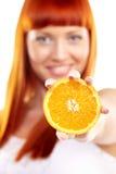 orange som visar kvinnabarn Arkivfoto