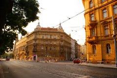 Orange sommarsolnedgång på gatorna av Prague Arkivbild