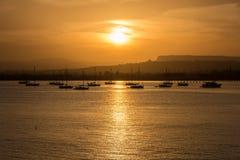 Orange Sonnenuntergang über dem Meer von Syrakus, Ortigia, Sizilien, Italien Lizenzfreie Stockfotos