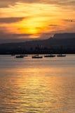 Orange Sonnenuntergang über dem Meer von Syrakus, Ortigia, Sizilien, Italien Stockfotos