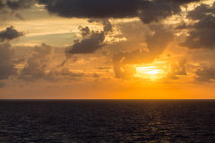 Orange Sonnenuntergang über Grey Seas Stockfoto