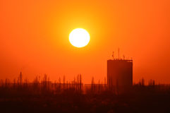 Orange Sonnenuntergang auf dem Hintergrund von Gebäuden Stockfotos