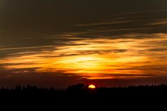 Orange Sonnenuntergang auf dem Horizont stockfoto