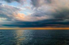 Orange Sonnenuntergang auf dem Meer Stockbild