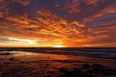 Orange Sonnenuntergang auf dem Strand somethere nahe Tallinn, Estland Stockbilder