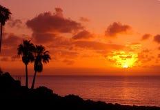 Orange Sonnenuntergang auf tropischer Insel Stockfotografie