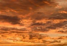 Orange Sonnenuntergang mit cloudscape Lizenzfreie Stockfotografie
