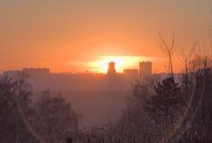 Orange Sonnenuntergang mit Stadtschattenbild lizenzfreies stockbild