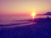 Orange Sonnenuntergang, Strand und Berge Amazng Stockfotografie