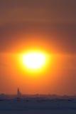 Orange Sonnenuntergang und Eisberge im Dunst der untergehenden Sonne in Stockbilder