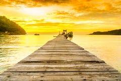 Orange Sonnenuntergang und Pier auf Tropeninsel Koh Kood - Thailand lizenzfreie stockfotografie